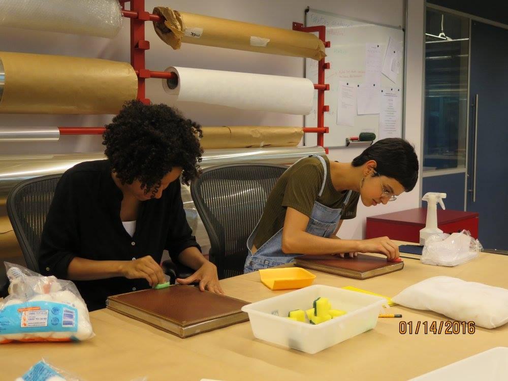 Nichelle Teles (à esquerda) e Mariana Utzig realizando o procedimento de hidratação do couro.