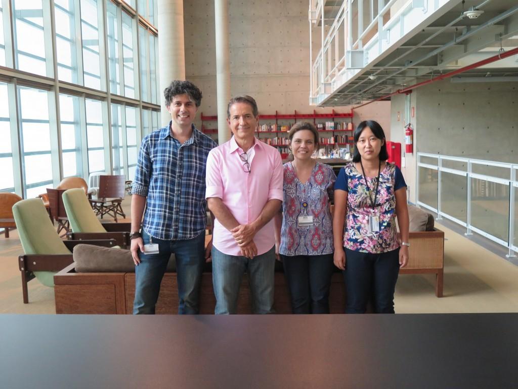 Bibliotecários Eliane Kano, Jeanne Lopez e Rodrigo Garcia, com Carlos Tramontina.
